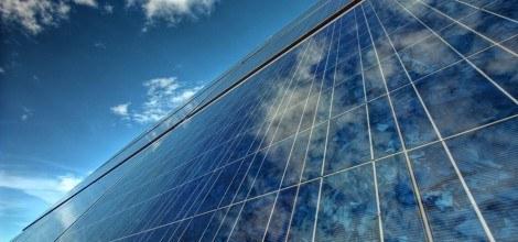 Foto: Solarzellen schimmern in der Sonne vor blauen Himmel