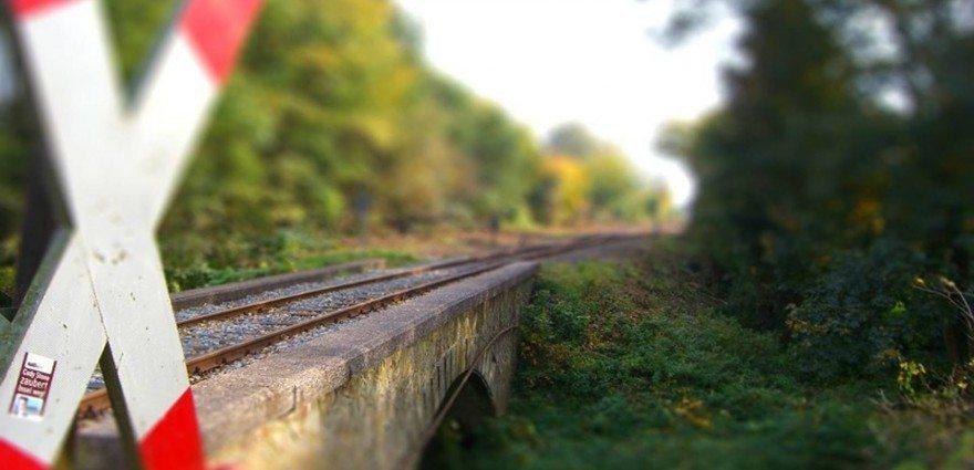 Foto: Andreaskreuz an einer Bahnbrücke
