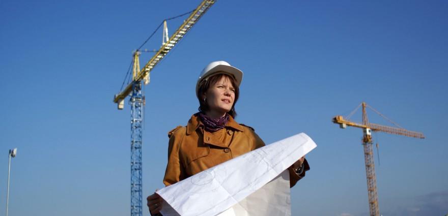 Foto: Bauingenieurin auf einer Baustelle