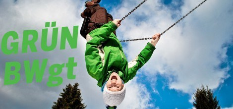 Foto: Grün BWgt - Junge kopfüber auf einer Schaukel
