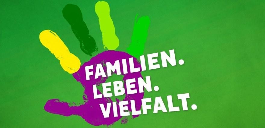Grafik: Handabdruck mit Schriftzug Familien Leben Vielfalt
