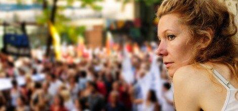 Foto: Junge Frau auf einer Demonstration