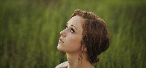 Foto: Junge Frau schaut Gedankenverloren nach oben