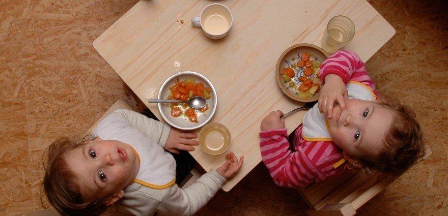 Foto: Kindergartenkinder beim Möhren essen