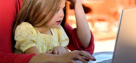 Foto: Kleines Mädchen am Laptop