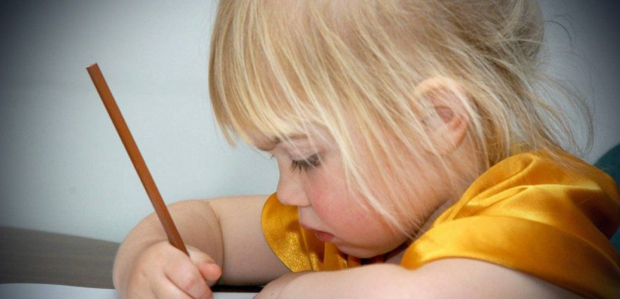 Foto: Kleines Mädchen malt eine Fledermaus