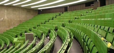 Foto: Leere grüne Stühle im Hörsaal