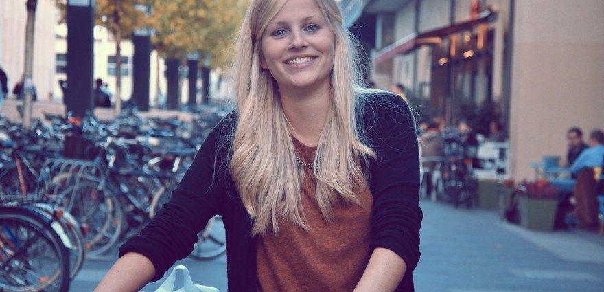 Foto: Studentin mit Fahrrad