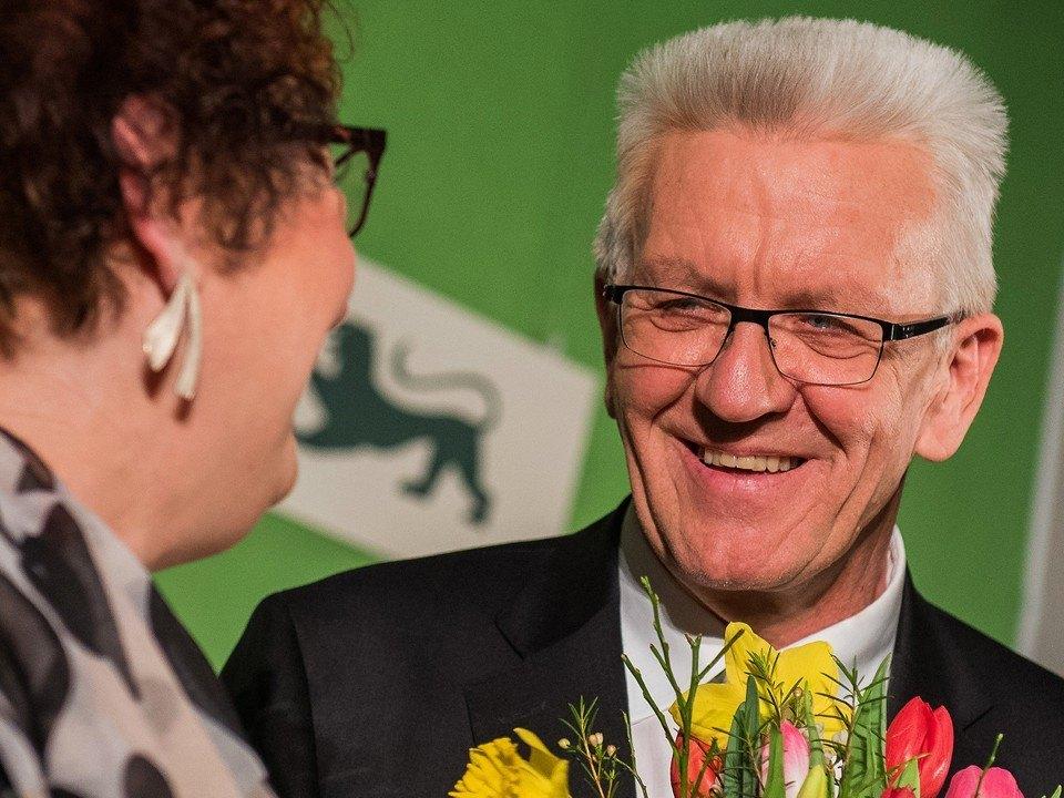 Foto: Winfried Kretschmann lächelt am Abend der Landtagswahl 2016 Gerlinde Kretschmann an