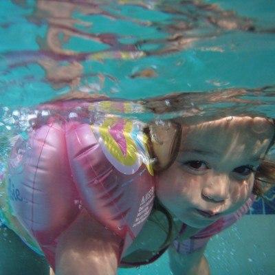 Foto: Wir lieben Baden und Württemberg - Kleines Mädchen taucht mit Schwimmflügeln