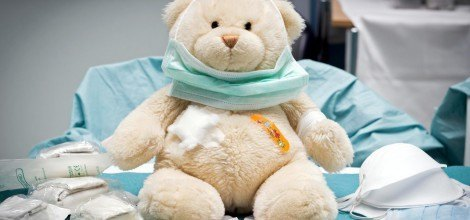 Foto: Armer kranker Teddy mit Pflastern