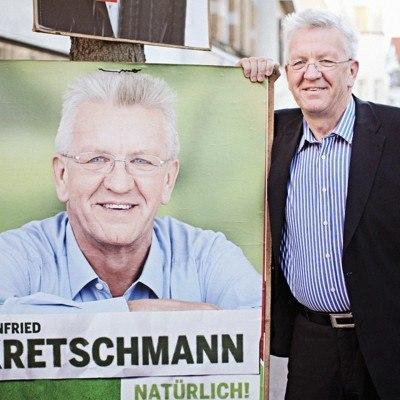 Bildnachweis: Kretschmann neben Plakat