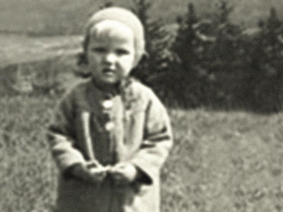 Foto: Kretschmann als kleiner Bub auf einer Wiese
