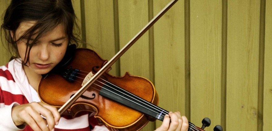 Foto: Junges Mädchen spielt Geige