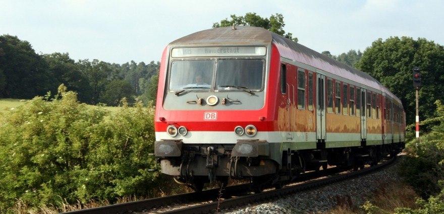 Foto: Regionalzug in der Kurve