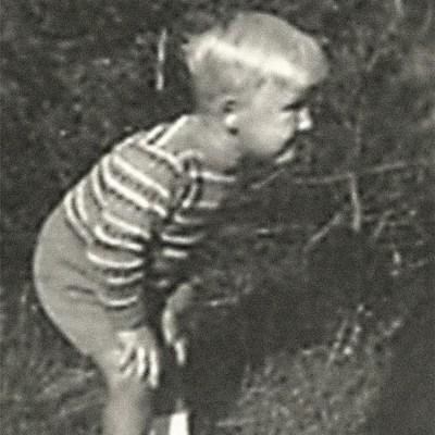 Foto: Winfried Kretschmann als Knabe auf einer Wiese