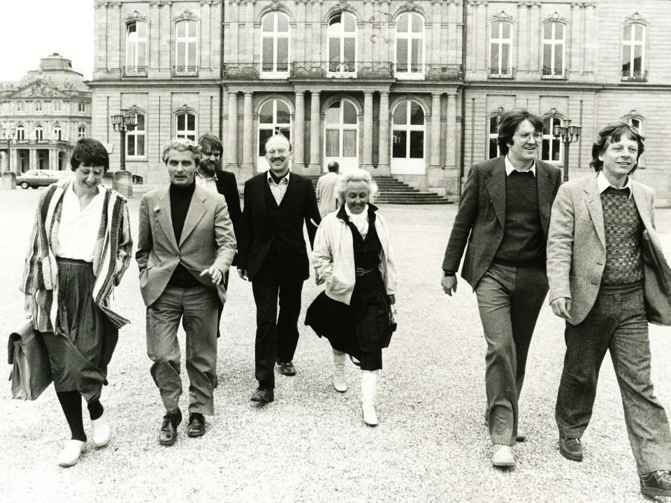 Foto: Winfried Kretschmann und die erste Landtagsfraktion vor dem Neuen Schloß