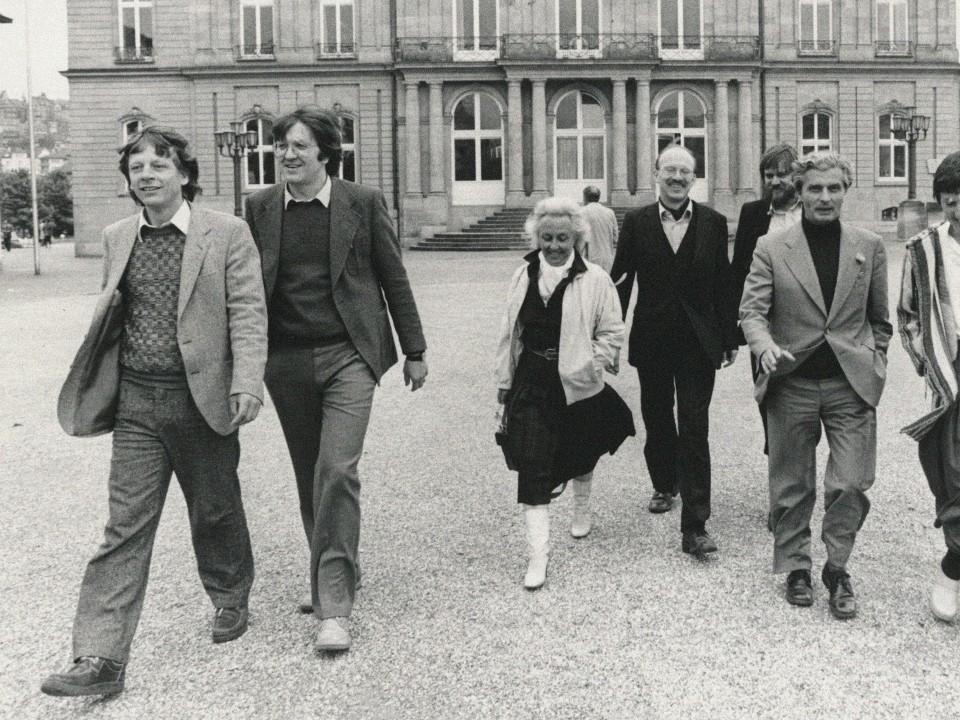 Foto: Winfried Kretschmann und die erste grüne Landtagsfraktion vor dem Neuen Schloß
