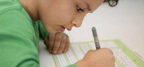 Foto: Junge lernt Schreiben