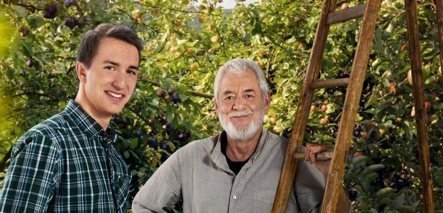 Foto: Jüngerer und älterer Mann auf einer Streuobstwiese