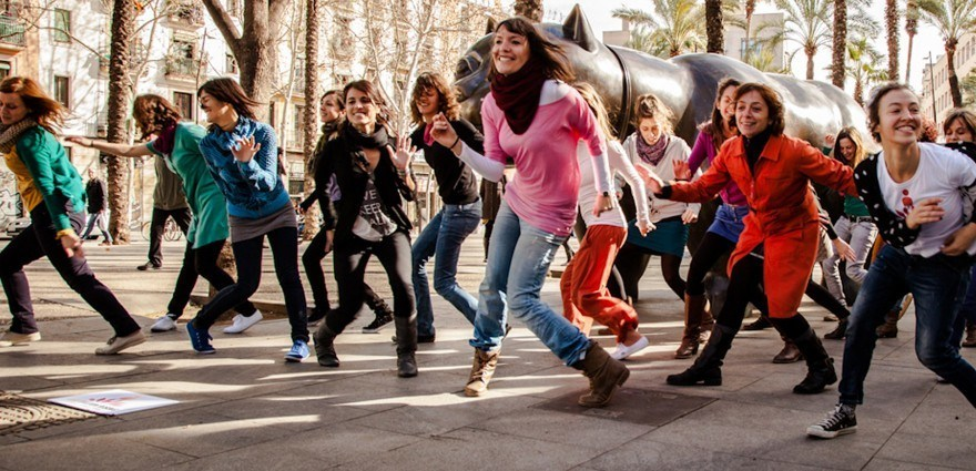 Foto: Frauen tanzen bei One Billion Rising in Barcelona