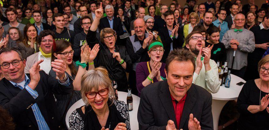 Foto: Grüne AnhängerInnen feiern auf der Wahlparty 2016 in der Staatsgalerie