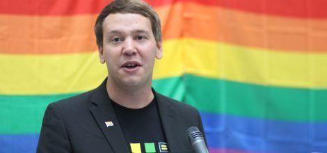 Foto: Oliver Hildenbrand eröffnet den Regenbogenempfang