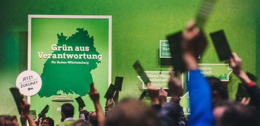 Foto: Delegierte auf dem Parteitag stimmen für das Wahlprogramm