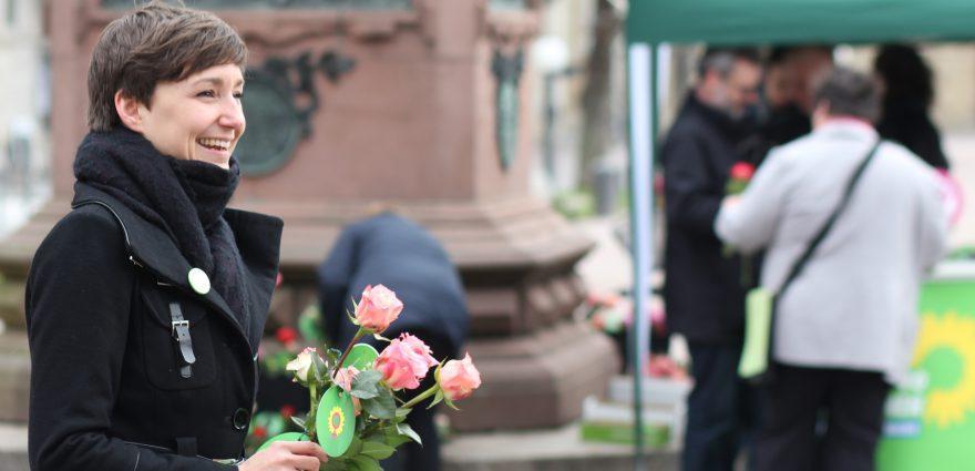 Foto: Landesvorsitzende Dr. Sandra Detzer verteilt Rosen am Internationalen Frauentag