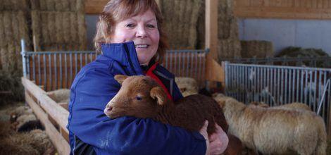 Foto: Martina Braun hat ein Lamm auf dem Arm