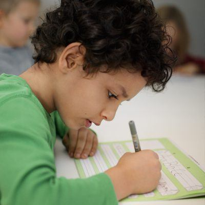 Foto: Kleiner Junge lernt Schreiben
