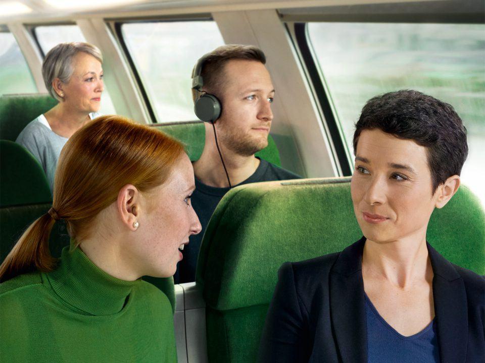 Foto: Verschiedene Menschen in einem Zug