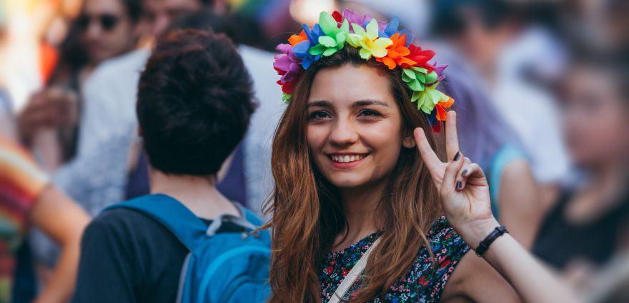 Foto: Junge Frau mit buntem Haarschmuck