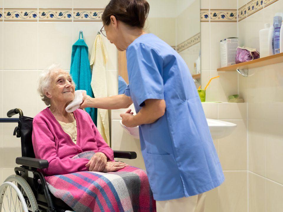 Foto: Ältere Dame mit Pflegerin