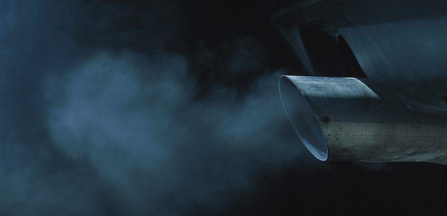 Foto: Abgase aus dem Auspuff eines Autos