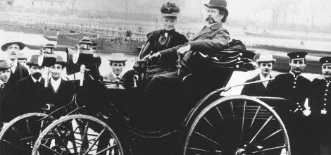 Fotp: Bertha und Carl Benz auf ihrem Motorwagen