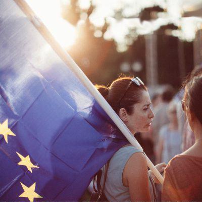 Foto: Demonstrantin trägt Europa-Fahne