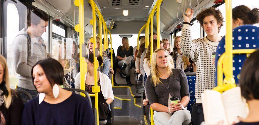 Foto: Fahrgäste in einem Bus