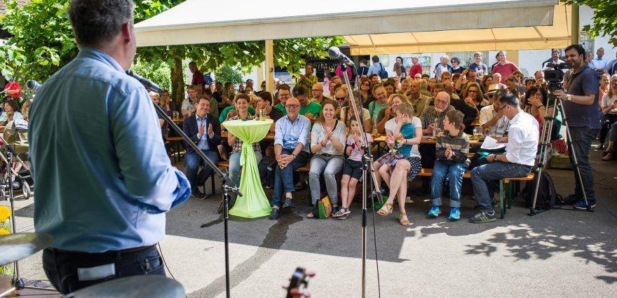 Foto: Wahlkampfauftakt im Biergarten in Freiburg