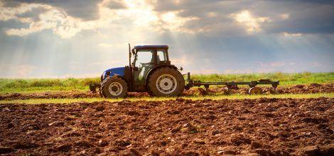 Foto: Ein Traktor pflügt eine Acker