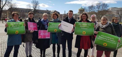 Foto: Grüne Frauen vor dem Landtag beim Internationalen Frauentag