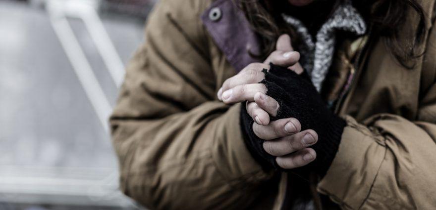 Foto: Obdachloser wärmt sich die Hände