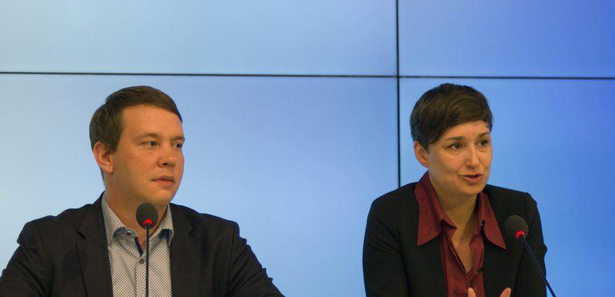 Foto: Oliver Hildenbrand und Sandra Detzer auf der Landespressekonferenz