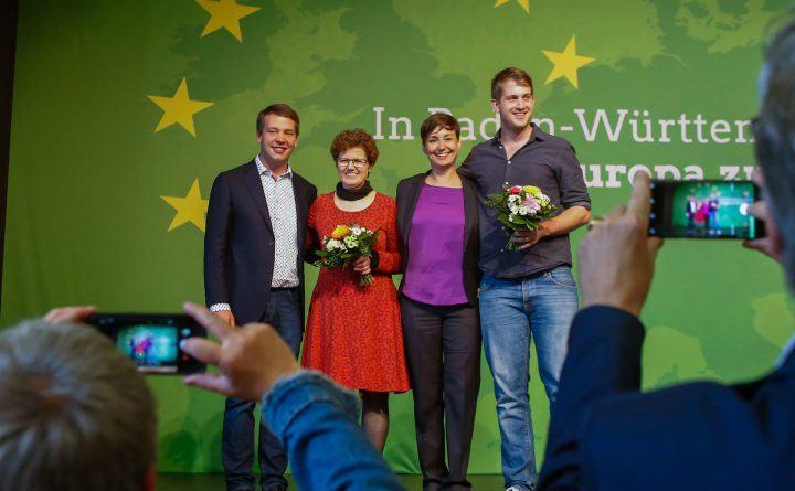 Foto: Die Landesvorsitzenden und die Votenträger*innen für die Europawahl werden fotografiert