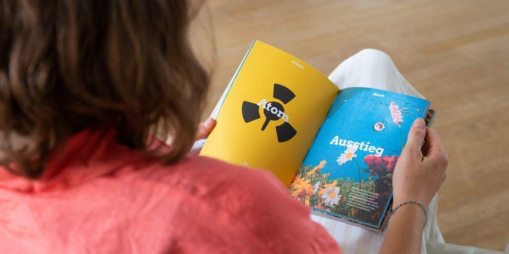 Foto: Blick über die Schulter auf das Buch - Das neue Baden-Württemberg
