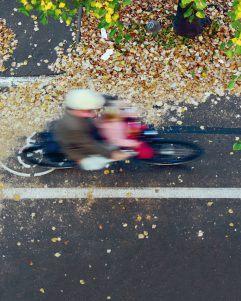 Foto: Fahrradfahrerin auf einem Radstreifen