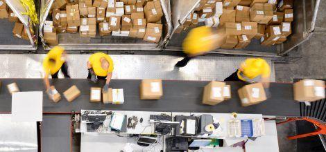 Foto: Fließbandarbeit im Paketzentrum
