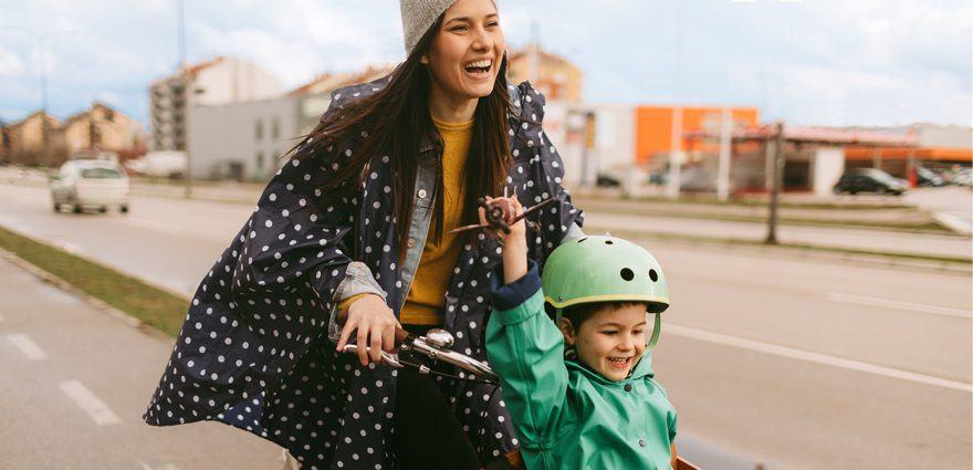 Foto: Frau und Sohn sind auf dem Lastenrad unterwegs