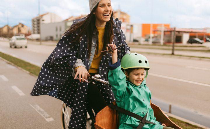 Foto: Mutter und Sohn sind mit dem Lastenrad unterwegs