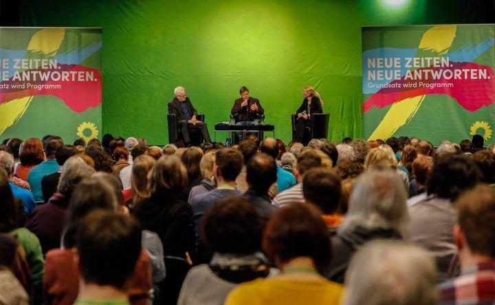 Foto: Winfried Kretschmann und Robert Habeck diskutieren zum neuen grünen Grundsatzprogramm